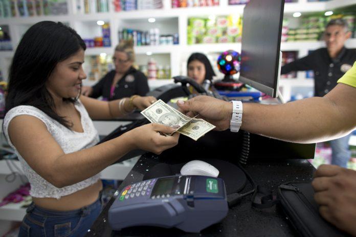 La ausencia de cambio en divisas genera colas en los supermercados