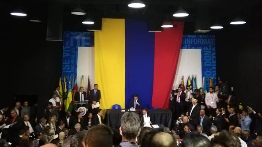 Los diputados opositores no pudieron realizar la sesión en el Palacio Federal Legislativo, donde se juramentó una nueva directiva presidida por Luis Parra.