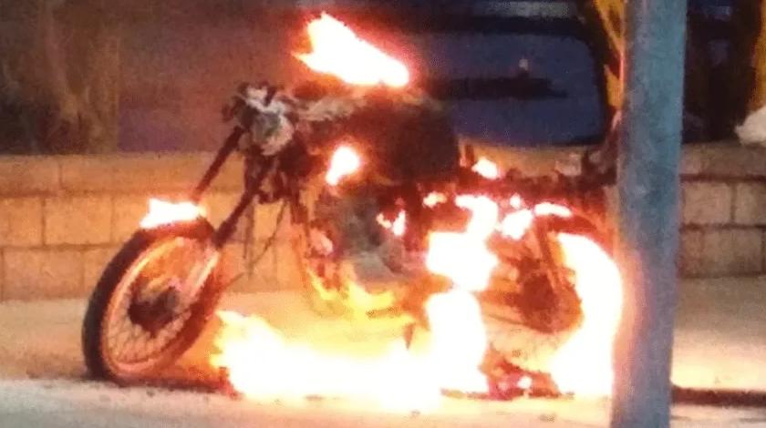 Le iban a inmovilizar la moto por no tener papeles, y prefirió quemarla