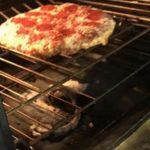 Estaban haciendo pizza en familia y terminaron con una serpiente 'asada'