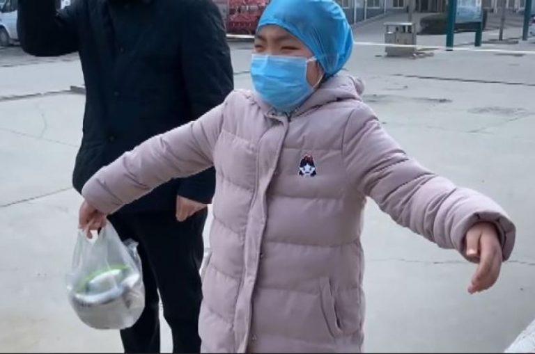 «¡Mamá, te extraño mucho!»: Así lloran madre e hija al no poder abrazarse ante riesgo de coronavirus