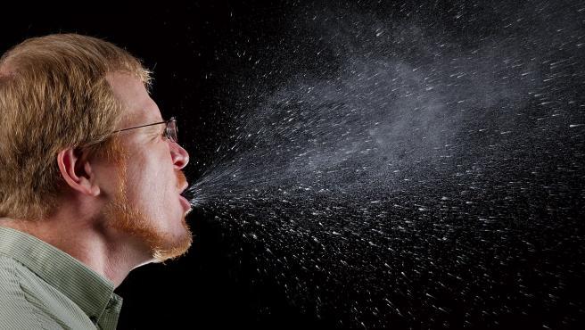 Coronavirus: ¿Hasta qué distancia llegan las gotas del estornudo y la tos y cuánto tiempo se mantienen en las superficies?