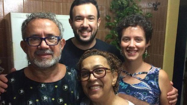 Clóvis junto a sus hijos y esposa.