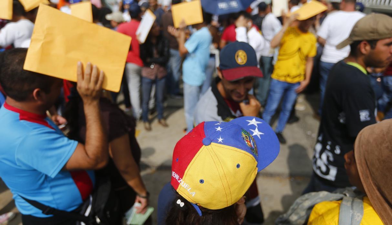 Venezolanos en Peru exigen a la embajada una via para regresar al pais