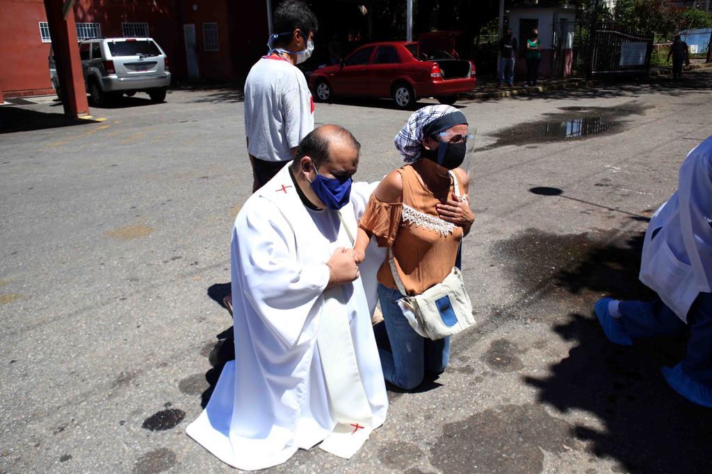 El padre Enmanuel Pernía durante la bendición al hospital del Seguro Social, el 10 de septiembre. Fotografía de Carlos Eduardo Ramírez