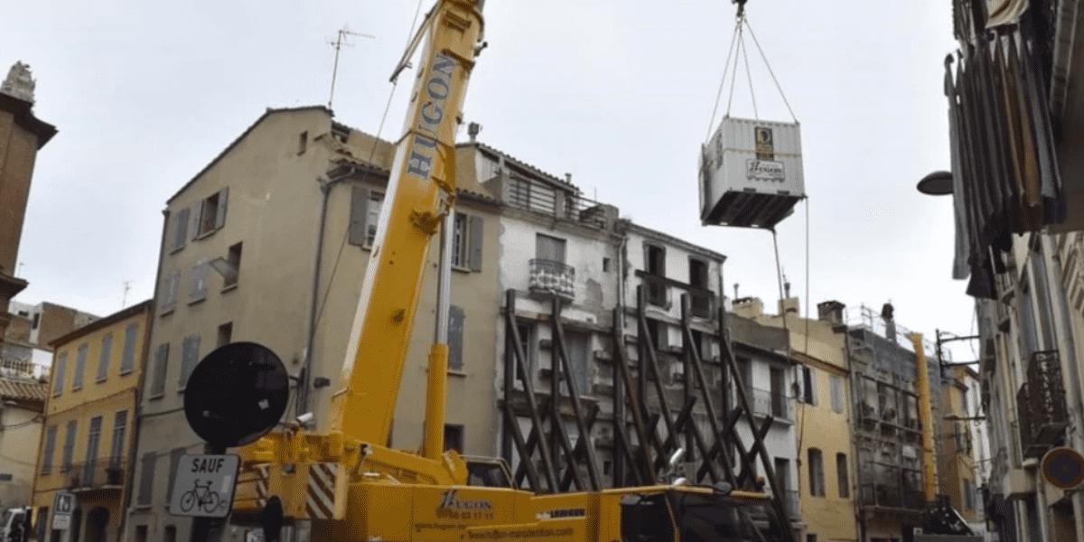 Un hombre de 300 kilos es evacuado de su casa en Francia con una grúa